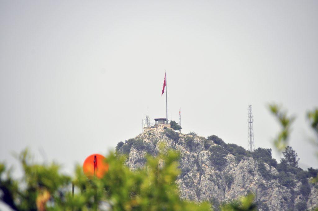 Вид на утёс в парке Бейдароглы Сахили из Кириш