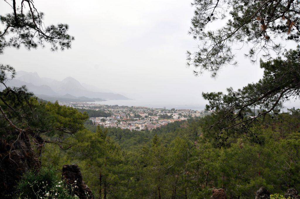 Вид на Кемер с грунтовой дороги на холме Бейдаглары Сахили
