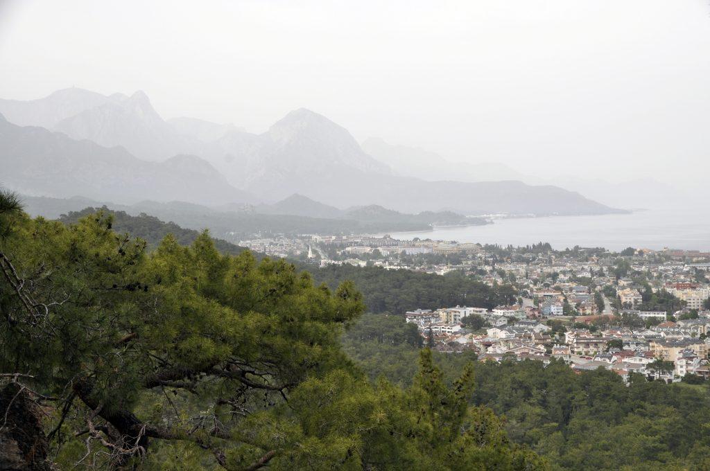 Вид на Кемер с вьюпоинта грунтовой дороги