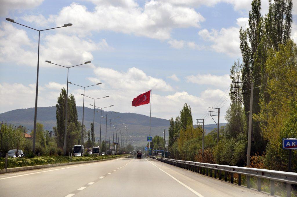 Флаг Турции над дорогой Анталья - Стамбул