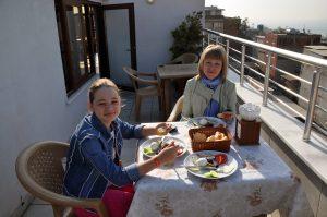 Завтрак к отеле Obani Suites на террасе